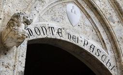 Banca Monte dei Paschi a publié une huitième perte trimestrielle d'affilée, de 174 millions d'euros sur la période janvier-mars 2014, les charges liées aux créances douteuses et irrécouvrables restant élevées en dépit des signes de reprise économique en Italie. /Photo prise le 25 janvier 2013/REUTERS/Stefano Rellandini