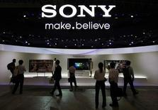 Un certain nombre de dirigeants de Sony vont rendre leurs bonus annuels au vu de la persistance des difficultés de la division électronique du groupe japonais, toujours en perte, selon le journal Nikkei qui indique que quelque 40 dirigeants, chargés de cette division, vont ainsi renoncer à quelque 30% à 35% de leurs émoluments annuels.  /Photo prise le 2 octobre 2012/REUTERS/Yuriko Nakao