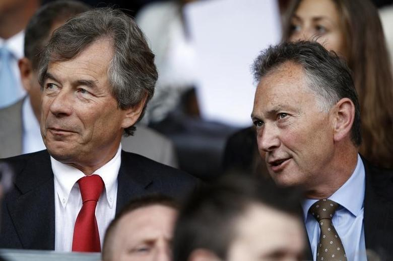 Liverpool's chairman Martin Broughton (L) sits with Premier League Chief Executive Richard Scudamore (R) before their English Premier League soccer match against Arsenal at Anfield in Liverpool, northern England, August 15, 2010.  REUTERS/Phil Noble