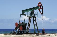 Станок-качалка на окраине Гаваны, 24 мая 2010 года. Цены на нефть растут из-за новых санкций Европы против России и сомнений, что Ливия сможет быстро повысить добычу. REUTERS/Desmond Boylan
