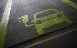 La France a été rétrogradée en avril à la troisième position européenne pour les ventes de voitures électriques en raison du durcissement du bonus écologique. Après un recul de 12,7% des immatriculations de véhicules électriques sur la période, l'Hexagone est désormais devancé par la Norvège et l'Allemagne. /Photo d'archives/REUTERS/Tyrone Siu