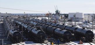 Цистерны с нефтью на ж/д терминале Irving Oil в Сент-Джоне в провинции Нью-Брансуик, 9 марта 2014 года. Цены на нефть Brent держатся вблизи двухнедельного максимума выше $109 за баррель за счет ухудшения ситуации на Украине и прогнозов снижения запасов нефти в США. REUTERS/Devaan Ingraham