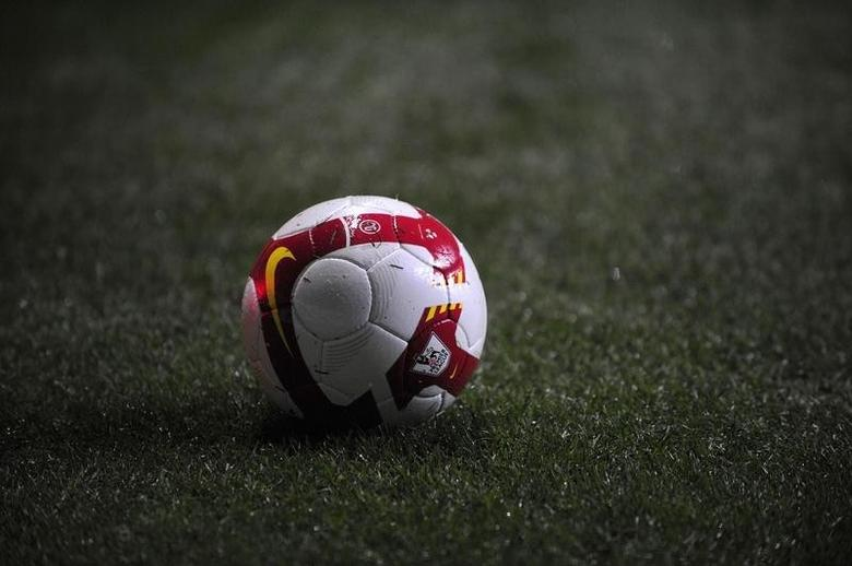 A Premier League football is seen during the English Premier League soccer match between Newcastle United and Manchester United in Newcastle, northern England March 4, 2009. REUTERS/Nigel Roddis
