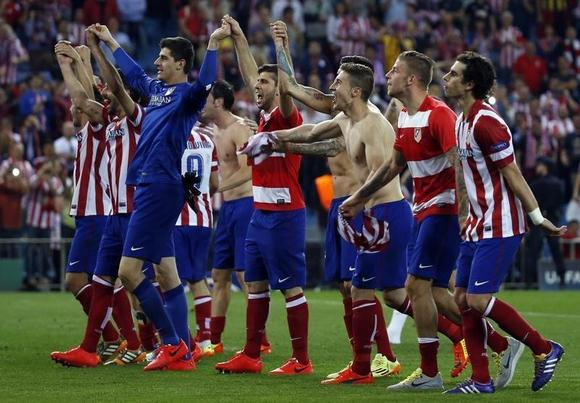 Atletico Madrid players react after winning their Champions League quarter-final second leg soccer match against Barcelona, in Madrid, April 9, 2014.              REUTERS/Stringer