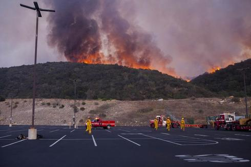 Wildfire races toward San Diego hillside suburb