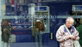 Intesa Sanpaolo, numéro un italien de la banque de détail, a annoncé jeudi avoir renoué avec les bénéfices au premier trimestre à la faveur d'une amélioration de son produit net bancaire et de ses ratios qui font déjà partie des plus élevés dans la troisième économie de la zone euro. /Photo d'archives/REUTERS/Stefano Rellandini