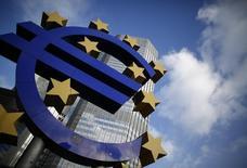 La croissance économique de la zone euro a été deux fois plus faible qu'attendu au premier trimestre et l'inflation y reste inférieure à 1%, une situation qui plaide en faveur d'un assouplissement de la politique monétaire de la Banque centrale européenne (BCE) dès sa prochaine réunion, début juin. /Photo d'archives/REUTERS/Lisi Niesner
