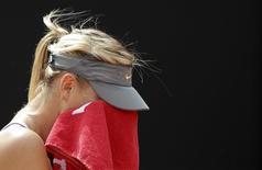 Мария Шарапова во время матча против Аны Иванович на турнире в Риме 15 мая 2014 года. Россиянка Мария Шарапова уступила в четверг сербской теннисистке Ане Иванович в третьем круге турнира в Риме. REUTERS/Max Rossi