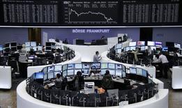 Les Bourses européennes ont clôturé en baisse jeudi après la publication d'indicateurs de croissance en zone euro montrant des performances inégales dans la région au premier trimestre. La Bourse de Paris a fini en repli de 1,25% à 4.444,93 points, Londres a reculé de 0,55%, Francfort de 1,01%, Madrid de 2,35%, Lisbonne de 2,65% et Milan de 3,61%. /Photo prise le 15 mai 2014/REUTERS/Remote/Fabrizio Bensch