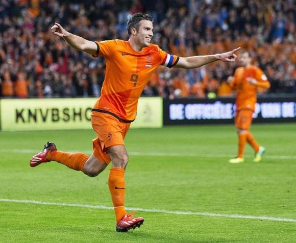 Netherlands' Robin van Persie (L) celebrates his third goal against Hungary during their 2014 World Cup qualifying soccer match in Amsterdam October 11, 2013.    REUTERS/Michel Kooren/Files