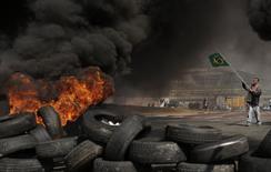 Membros do Movimento dos Trabalhadores Sem Teto protestam em frente ao estádio da Copa do Mundo em São Paulo. 15/05/2014  REUTERS/Nacho Doce