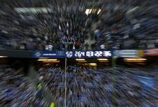 """Часы, отсчитывающие время пребывания """"Гамбурга"""" в Бундеслиге, на стадионе в Гамбурге 15 мая 2014 года. """"Гамбург"""" и """"Гройтер Фюрт"""" завершили в четверг нулевой ничьей первый переходный матч за право играть в Бундеслиге на следующий сезон. REUTERS/Fabian Bimmer"""