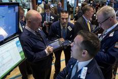 La Bourse de New York a ouvert sur une note hésitante vendredi au lendemain d'un repli marqué. Quelques minutes après le début des échanges, le Dow Jones perd 0,06%, à 16.437,05 points. Le Standard & Poor's 500 recule de 0,12% à 1.868,64 et le Nasdaq cède 0,15% à 4.063,26. /Photo prise le 13 mai 2014/REUTERS/Brendan McDermid