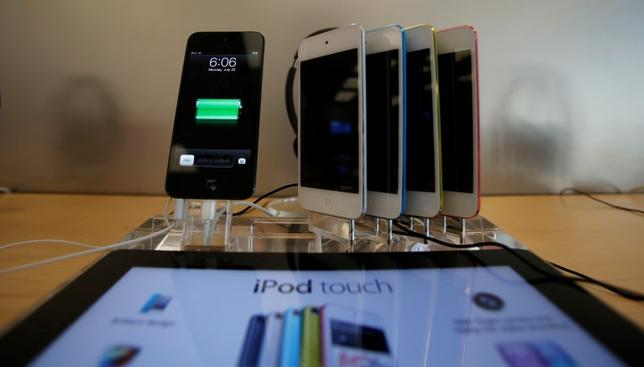 iPod Touches are pictured on display at an Apple Store in Pasadena, California July 22, 2013.  REUTERS/Mario Anzuoni /Files