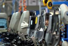 L'équipementier automobile américain Johnson Controls va céder son activité d'intérieurs à une coentreprise qu'il va mettre sur pied avec une filiale de SAIC Motor, le plus important constructeur automobile chinois. /Photo d'archives/REUTERS/Andrew Wong