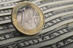 Долларовые купюры и монета валюты евро в Варшаве 26 января 2011 года. Курс евро к доллару немного вырос накануне выхода новых статистических данных. REUTERS/Kacper Pempel
