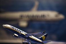 Модель самолета на встрече, посвященной планам Ryanair купить лайнеры Boeing, в Нью-Йорке 19 марта 2013 года. Европейский авиадискаунтер Ryanair Holdings PLC снизил годовую прибыль впервые за пять лет и предупредил о возможном снижении цен будущей зимой, поскольку поступающие в распоряжение компании новые самолеты увеличат число посадочных мест. REUTERS/Lucas Jackson