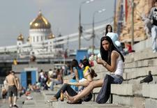 Люди на набережной в Москве 22 мая 2011 года. Неделя в Москве обещает быть ясной и жаркой, прогнозируют синоптики. REUTERS/Denis Sinyakov