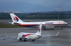 Malaysian Airline System (MAS) chute pour la deuxième jour consécutif à la Bourse de Kuala Lumpur lundi après la publication la semaine dernière de résultats trimestriels en forte baisse, conséquence de la disparition du vol MH370 en mars, qui font craindre une banqueroute de la compagnie aérienne malaisienne. /Photo prise le 13 mai 2014/REUTERS/Samsul Said