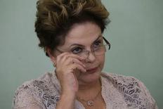 Presidente Dilma Rousseff durante anúncio de obras de saneamento, no Palácio do Planalto, em Brasília. O governo federal elevou em 14,7 por cento o crédito disponível no Plano Safra 2014/15, na comparação com 2013/14, para um valor recorde de 156,1 bilhões de reais, um montante que deverá ser suficiente para a produção brasileira de grãos e oleaginosas atingir a marca histórica de pelo menos 200 milhões de toneladas. 6/05/2014. REUTERS/Ueslei Marcelino