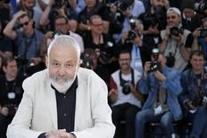 """O diretor Mike Leigh posa para foto durante promoção do filme """"Mr Turner"""", no Festival de Cannes, na França, na semana passada. 15/05/2014 REUTERS/Benoit Tessier"""