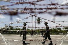 """Тайские солдаты на КПП недалеко от лагеря """"краснорубашечников"""" в окрестностях Бангкока 20 мая 2014 года. Армия Таиланда во вторник ввела общенациональное военное положение под лозунгом восстановления порядка после полугода уличных протестов, парализовавших власть в стране. Генералы отрицают военный переворот. REUTERS/Damir Sagolj"""