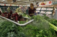 L'indice des prix à la consommation en Grande-Bretagne a progressé sur un an de 1,8% le mois dernier, contre 1,6% en mars, alors que les économistes interrogés par Reuters tablaient sur 1,7%. /Photo d'archives/REUTERS/Suzanne Plunkett