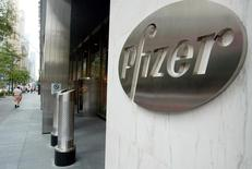Entrada del edificio corporativo de Pfizer World en Nueva York, 31 agosto, 2003. REUTERS/Jeff Christensen