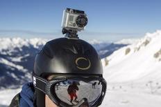 Камера GoPro на шлеме горнолыжника на альпийском курорте Мерибель, 7 января 2014 года. GoPro Inc, производитель камер для экстремальной съемки, подал заявку американским регуляторам на первичное публичное размещение акций на сумму до $100 миллионов. REUTERS/Emmanuel Foudrot