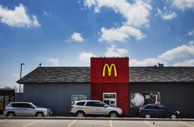 Cars line up in a drive through lane at a McDonalds fast food restaurant in Toronto, May 1, 2014.    REUTERS/Mark Blinch
