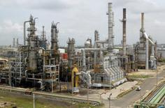 En la imagen, una vista general de la refinería de Cartagena de Ecopetrol. 24 de agosto de 2006. La petrolera colombiana Ecopetrol colocó el martes un bono senior por 2.000 millones de dólares con vencimiento en el 2045 en el mercado internacional de capitales.  REUTERS/Fredy Builes