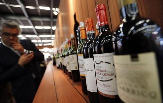 5月20日、米英仏の大学による研究で、「投資するなら英国債や美術品、切手よりも赤ワインが良い」という結果が得られた。仏ボルドーで昨年6月撮影(2014年 ロイター/Regis Duvignau)
