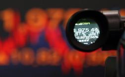 Котировки Korea Composite Stock Price Index (KOSPI) видны через видоискатель камеры в банке в Сеуле 12 декабря 2012 года. Азиатские фондовые рынки завершили торги среды разнонаправленно под влиянием рынка США и местных новостей. REUTERS/Kim Hong-Ji