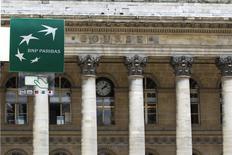 Логотип BNP Paribas на бывшем здании фондовой биржи в Париже, 18 августа 2010 года. Европейские фондовые рынки снижаются под давлением акций французского банка BNP Paribas. REUTERS/Charles Platiau