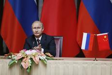 Президент России Владимир Путин во время визита в Китай, Шанхай, 20 мая 2014 года. Цена на газ для Китая в рамках подписанного в среду контракта рассчитывается исходя из принципа, который распространяется на европейских клиентов Газпрома - она привязана к стоимости нефти и нефтепродуктов, сказал российский президент Владимир Путин, в ходе визита которого в Шанхай заключена мегасделка. REUTERS/Carlos Barria