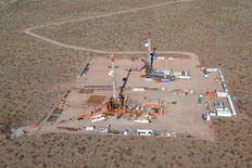 Imagen de archivo de una plataforma petrolera en Neuquén, Argentina, jul 11, 2013. REUTERS/Prensa YPF/Handout via Reuters. IMAGEN SOLO PARA USO EDITORIAL.  ExxonMobil descubrió gas y crudo no convencional en un pozo en la formación patagónica Vaca Muerta, el primer hallazgo de su clase que realiza la petrolera en un área con un gigantesco potencial de hidrocarburos.