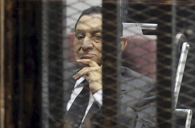 Egypt's ousted President Hosni Mubarak looks on as he reacts inside a dock at the police academy on the outskirts of Cairo May 21, 2014. REUTERS/Stringer
