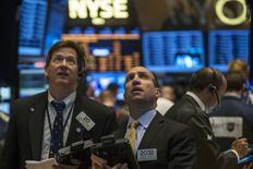 Les marchés d'actions américains ont terminé en hausse mercredi, effaçant l'intégralité de leurs pertes de la veille, après la publication du compte-rendu de la dernière réunion de politique monétaire de la Réserve fédérale qui s'est avéré conforme à ce qu'attendaient les investisseurs. Le Dow Jones a pris 0,97%, le Standard & Poor's 500 0,81% et le Nasdaq 0,85%. /Photo prise le 21 mai 2014/REUTERS/Brendan McDermid