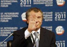 Вице-премьер РФ Игорь Сечин на встрече глав генерирующих компаний в рамках экономического форума в Санкт-Петербурге 17 июня 2011 года. Госгигант Роснефть, добившийся от властей допуска к экспорту сжиженного газа (СПГ), продолжает наступление на Газпром, которому принадлежит монополия на зарубежные поставки трубопроводного топлива, следует из презентации Роснефти. REUTERS/Alexander Demianchuk