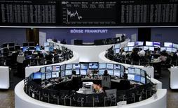 Les Bourses européennes évoluent de manière irrégulière jeudi à mi-séance après des indices PMI de Markit qui confirment une croissance solide en zone euro, malgré une rechute en France. Vers 12h45,  le CAC 40 recule de 0,2% à Paris, le Dax prend 0,13% à Francfort et le FTSE progresse de 0,11% à Londres. /Photo prise le 22 mai 2014/REUTERS/Remote