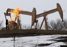 Станки-качалки близ Уиллистона, Северная Дакота 11 марта 2013 года. Цены на нефть Brent держатся у 2,5-месячного максимума выше $110 за баррель за счет значительного снижения запасов нефти в США и признаков ускорения роста производственной активности в Китае. REUTERS/Shannon Stapleton