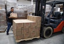 La croissance du secteur manufacturier américain s'est accélérée en mai aux Etats-Unis, celle de la production industrielle atteignant ainsi son rythme le plus élevé depuis février 2011, montrent jeudi les premiers résultats de l'enquête mensuelle Markit réalisée auprès des directeurs d'achat. /Photo prise le 19 mai 2014/REUTERS/Lucy Nicholson