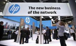 Стенд Hewlett-Packard на Всемирном мобильном конгрессе в Барселоне 27 февраля 2014 года. Hewlett-Packard Co планирует сократить еще до 16.000 рабочих мест в рамках крупной реорганизации, затеянной главой компании Мег Уитман ради оживления бизнеса. REUTERS/Albert Gea