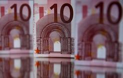 Банкноты в 10 евро, Зеница, 26 апреля 2014 года. Курс евро снижается, так как инвесторы спокойно отнеслись к итогам выборов президента Украины и в Европейский парламент. REUTERS/Dado Ruvic