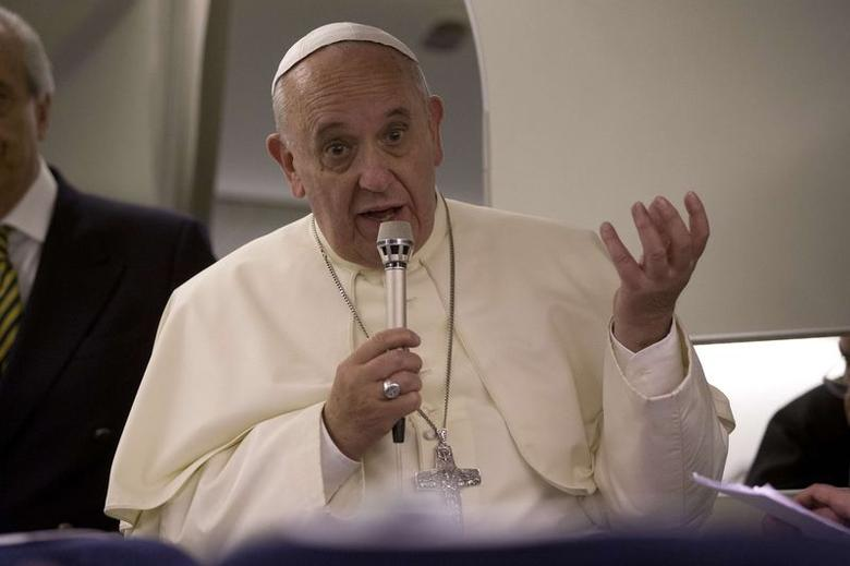 Pope Francis talks to reporters aboard the papal flight on his way back to the Vatican from Jerusalem May 26, 2014.  REUTERS/Andrew Medichini/Pool