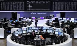 Les Bourses européennes évoluaient en légère hausse mardi à mi-séance, Paris et Francfort ayant ainsi effacé leurs pertes accusées en début de journée. À Paris, le CAC 40 gagne 0,06% à 4.529,54 points vers 11h00 GMT. À Francfort, le Dax prend 0,42% et à Londres, le FTSE progresse de 0,51%. /Photo prise le 27 mai 2014/REUTERS