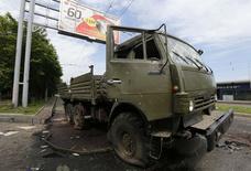 """Искореженный """"Камаз"""" близ аэропорта Донецка 27 мая 2014 года. Бои на востоке Украины продолжались всю ночь, и во вторник - на второй день военной операции против сепаратистов с применением авиации - в Донецке были слышны выстрелы. REUTERS/Yannis Behrakis"""