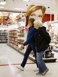 Unas clientes pasan por un pasillo al interior de una tienda de la cadena Target en Arvada, EEUU, ene 10, 2014. La confianza del consumidor estadounidense subió en mayo pues los consumidores veían mejor a la economía, incluyendo al mercado laboral, de acuerdo con un reporte del sector privado divulgado el martes..  REUTERS/Rick Wilking