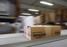 Amazon.com se prépare à une longue bataille contre la maison d'édition Hachette (groupe Lagardère) autour d'un conflit qui a amené le distributeur américain à limiter la vente de certains livres publiés par l'éditeur français. /Photo d'archives/REUTERS/Michaela Rehle