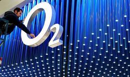 Les autorités européennes de la concurrence ont approuvé mercredi le projet de rachat d'O2 Ireland, la filiale irlandaise de Telefonica par Hutchison Whampoa, pour un milliard de dollars (733 millions d'euros). /Photo d'archives/REUTERS/Staff